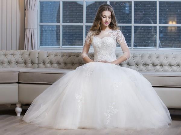 Как ходить в свадебном пышном